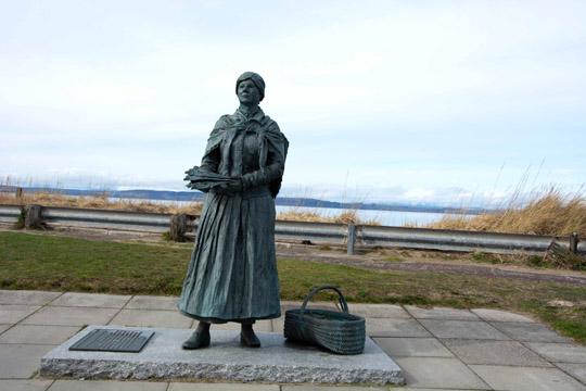 Bronze statue of a fishwife